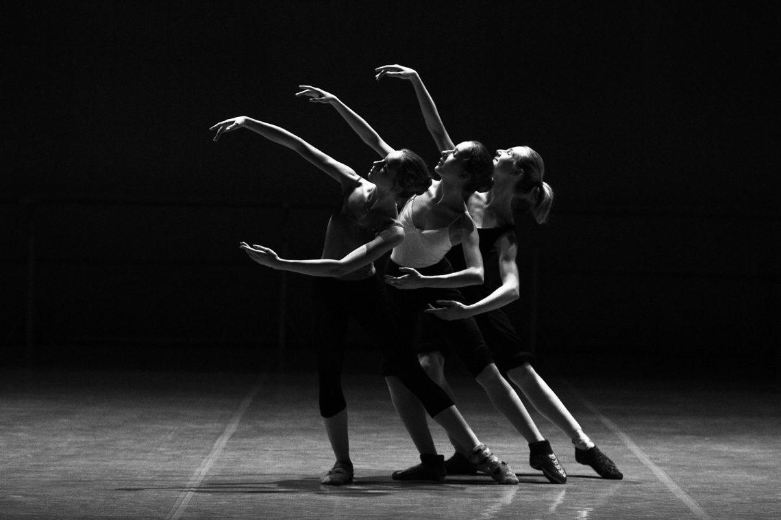 42891-476-ballerinas-1376250_1920